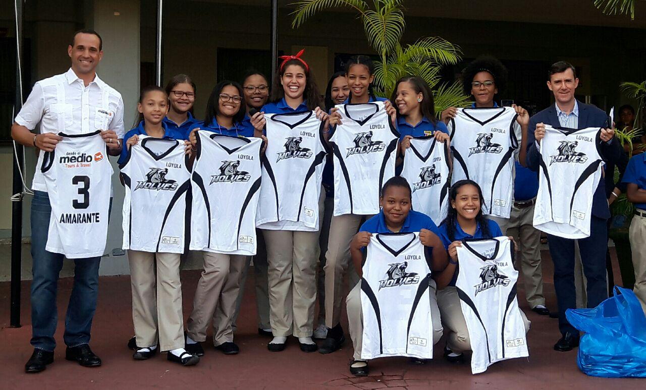 Fundación Desde el Medio entrega uniformes al equipo de Volleyball Femenino del Colegio Loyola
